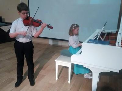 «Новогодние улыбки для рояля и для скрипки»: концерт учащихся ДМШ №4 города Кирова (19.12.2019)